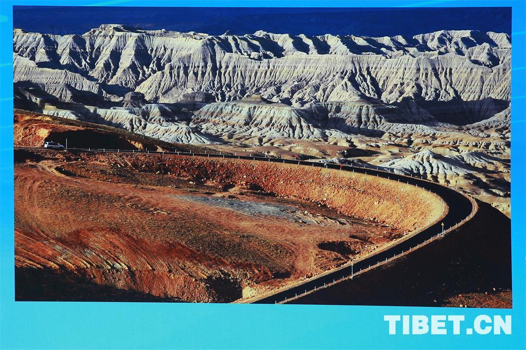 西藏自治区成立50周年成就展 公路建设等级全面提升。目前西藏次高级以上公路里程达到11707公里。图为建设中的拉萨至林芝公路,实现黑色化的国道219西藏段。.jpg