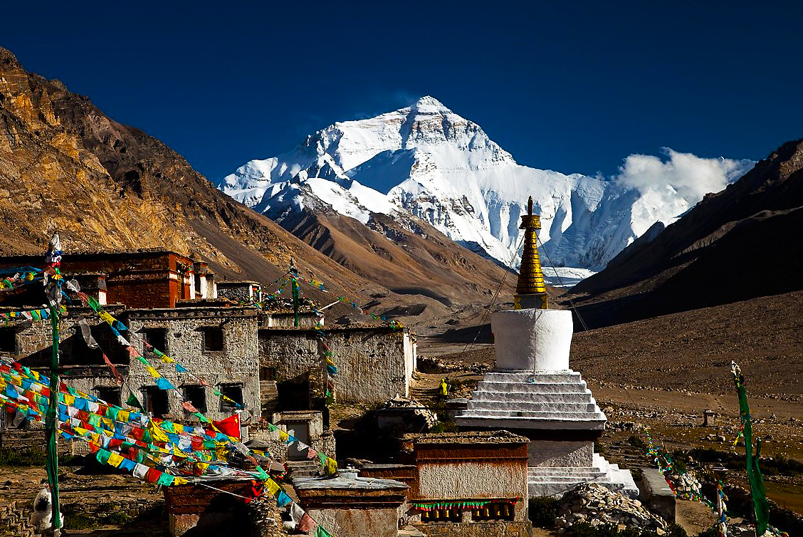 Everest view from Rongbuk monastery.jpg